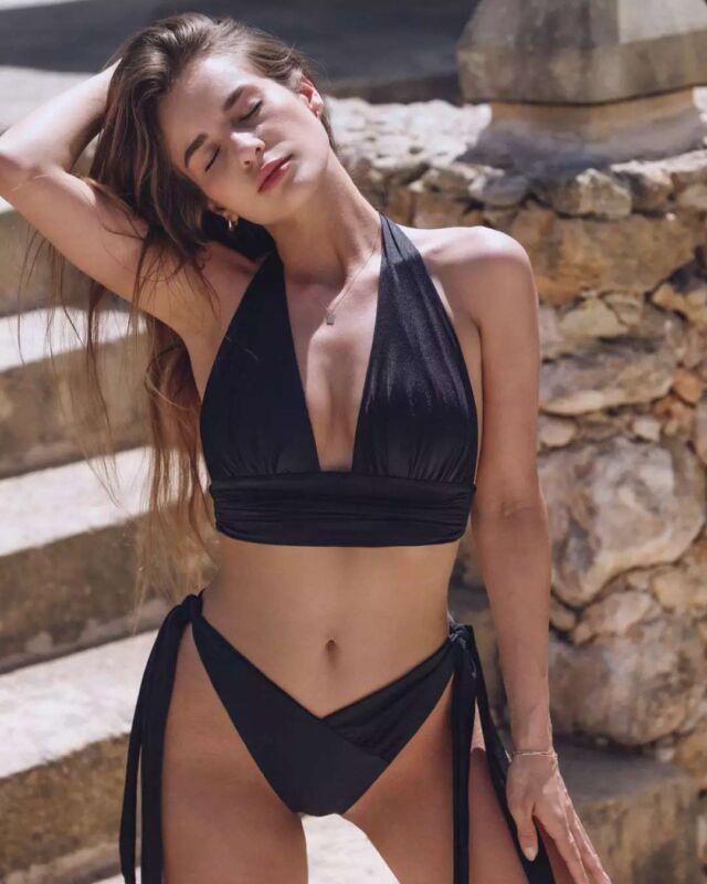 10% zniżki na Twoje pierwsze zamówienie, zaobserwuj nas i zapisz się do newslettera! Top Layla to klasa sama w sobie! Dopasujesz go idealnie dzięki wiązaniu pod biustem i na szyi🖤 Top posiada kieszonki na wkładki🖤 • • • • • • #blackbikini #shinybikini #draped #drapedress #shinyswimsuit #aesthetic #aestheticlypleasing #beachwear #swimwear #swimsuit #bikinigirl #bikinibody #body #girls #bikinilife #summer #fashion #beauty #sunnyday #swimingpool #misseiwoman #summertime #style #instafashion #beach #design #holiday #girl #woman #polskamarka
